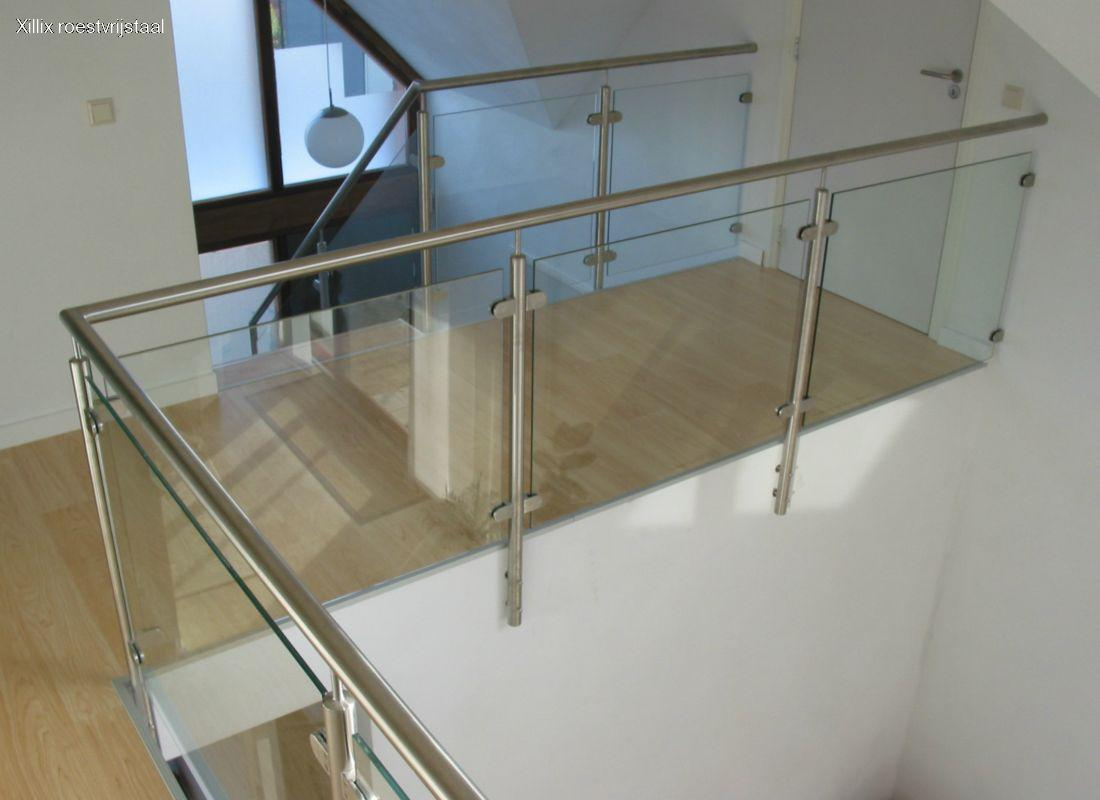 strakke glazen balustrade met rvs xillix.nl op overloop