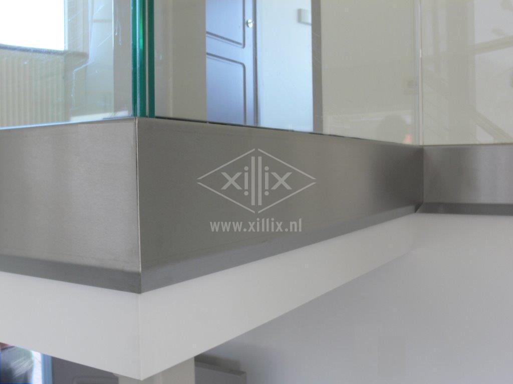 detail van de rvs randafwerking van een volledig glazen balustrade xillix.nl