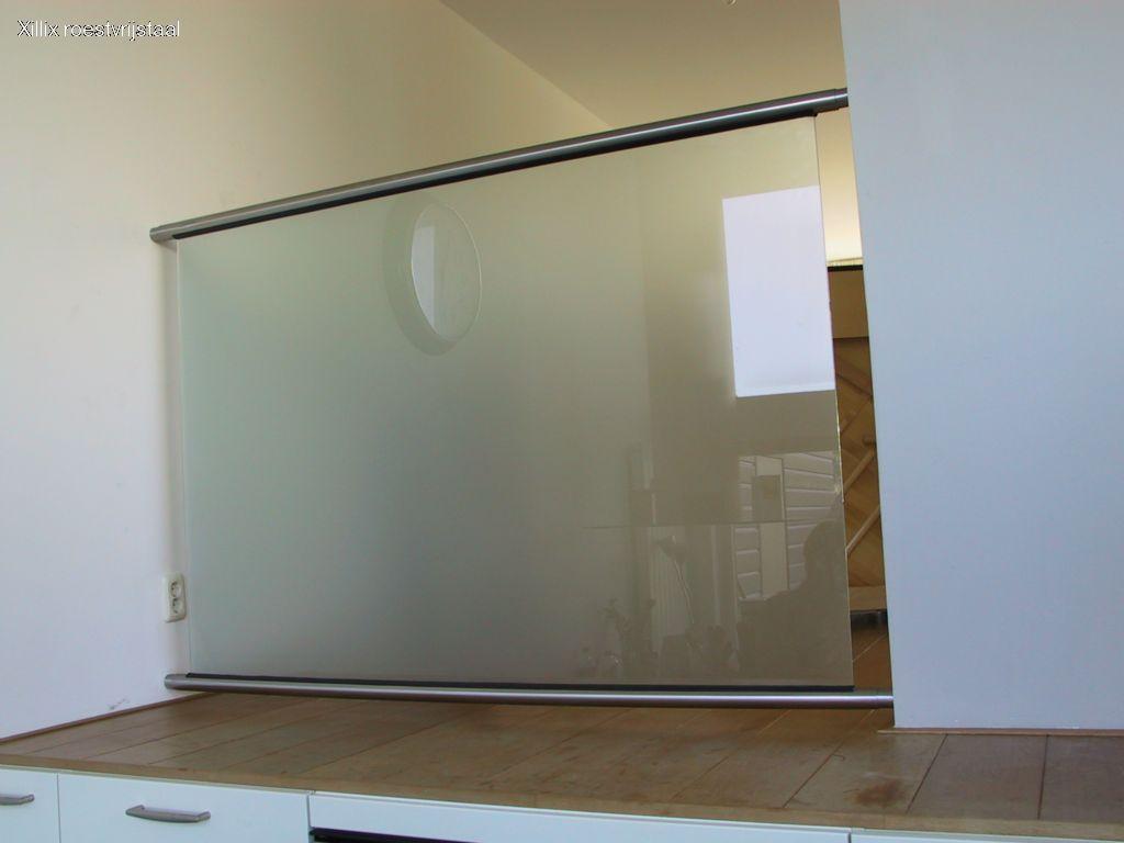 strak hekje met mat ingeklemd glas en blinde bevestiging op de muur