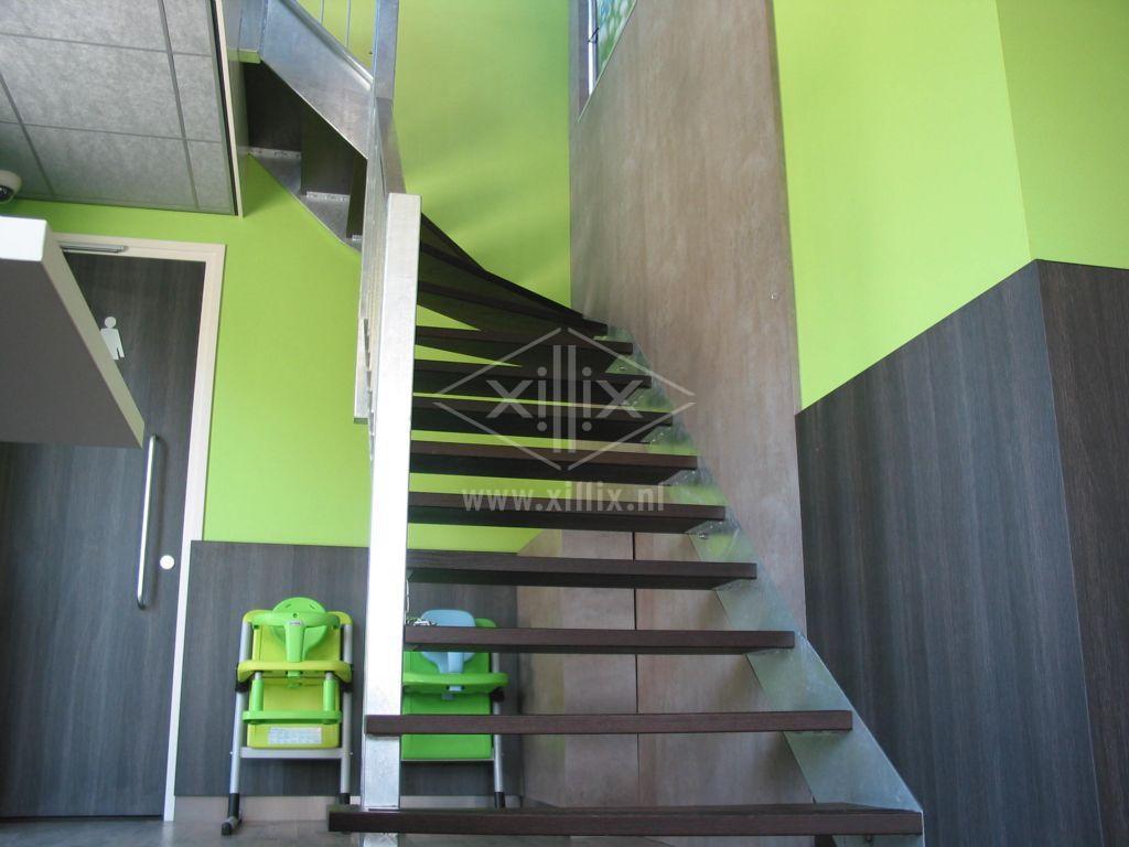 bovenkwart trap, verzinkt staal met wenge treden