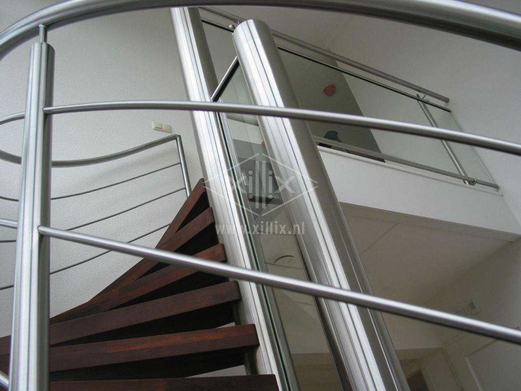 gebogen rvs balustrade op trap met knieregels xillix.nl