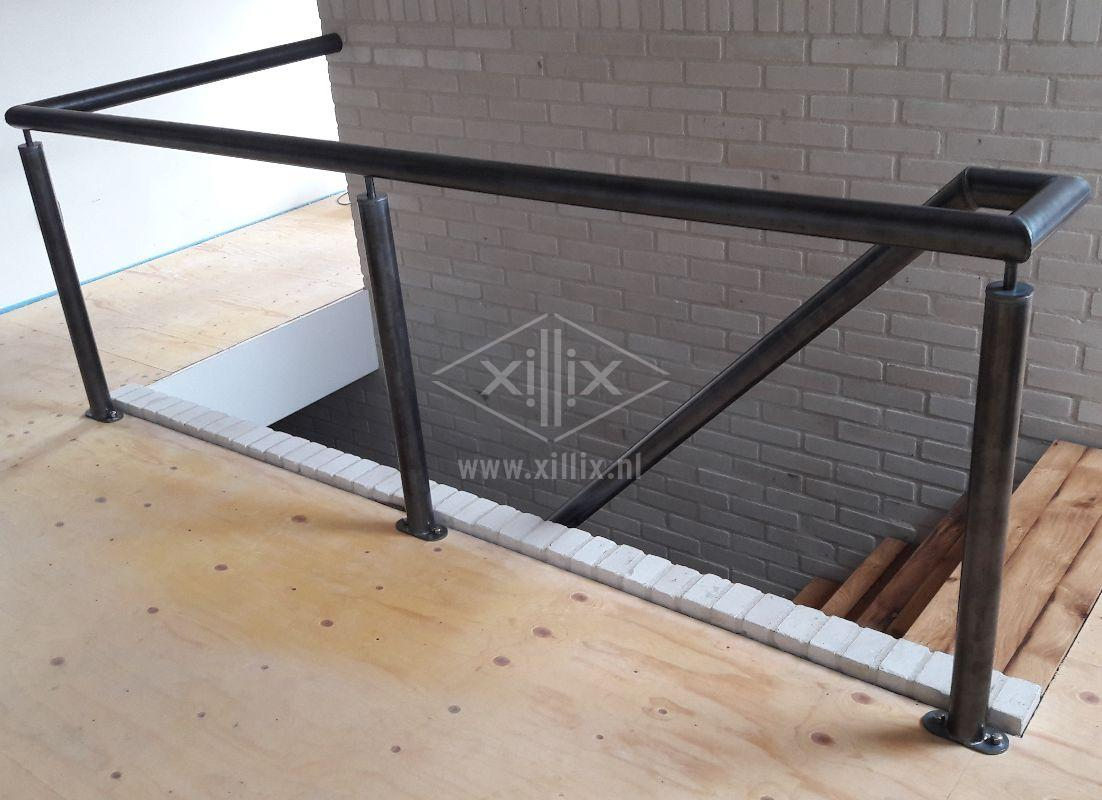Xillix-nl-blauw-stalen-balustrade-muurleuning.jpg
