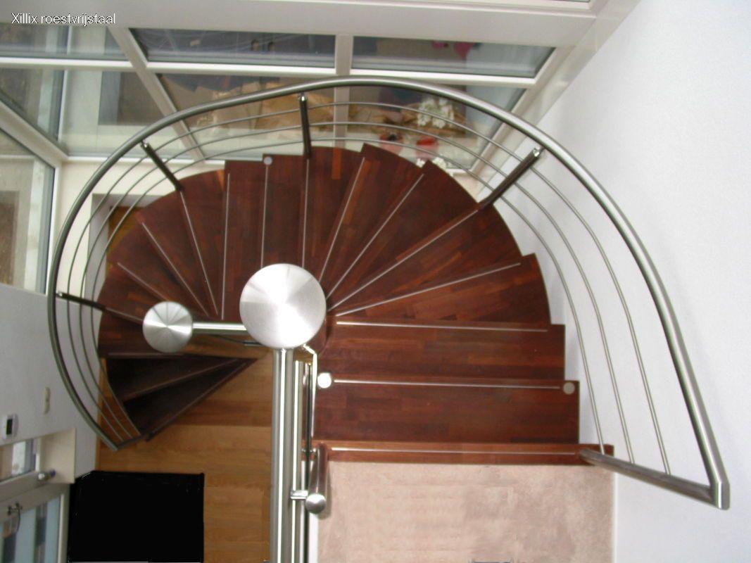 vloeiend gebogen traphek op luxe rvs trap