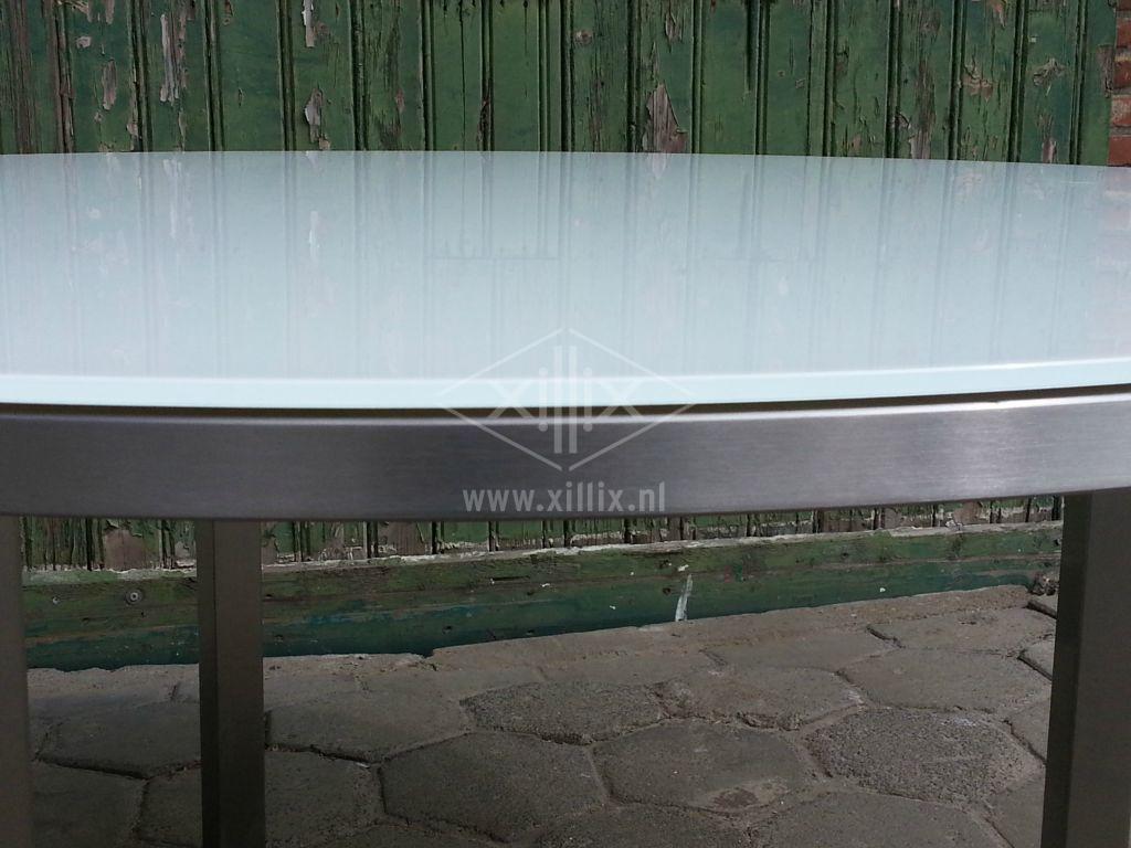 detail van de rand van de ronde tuintafel xillix.nl met wit extra helder glazen blad.