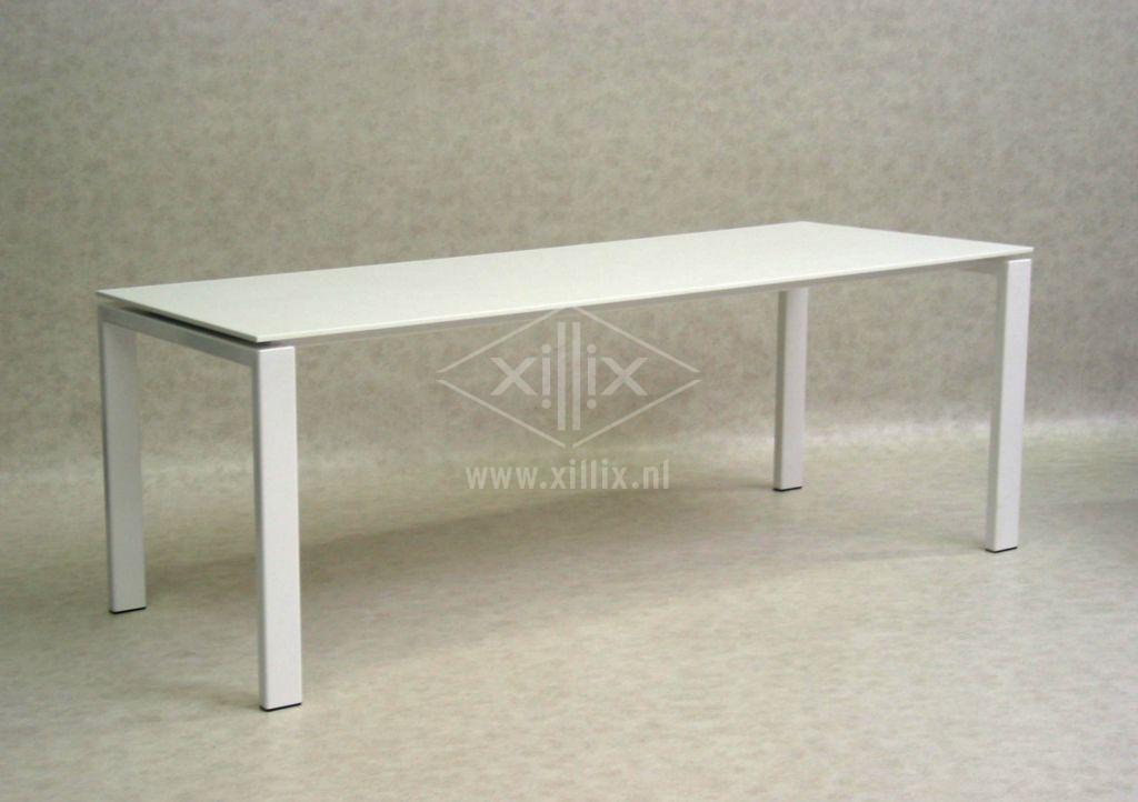 grote witte tafel van xillix.nl met corian blad en gepoedercoat wit onderstel