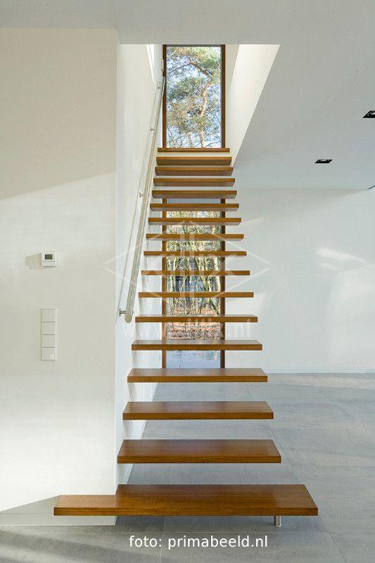 zwevende trap gemaakt door xillix met bamboe treden Architect villa: Engel architecten.