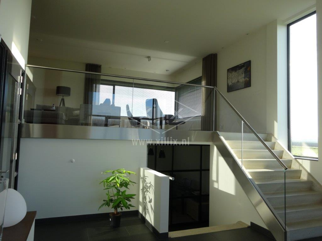 volledig glazen balustrade met rvs handrail en afdekkap