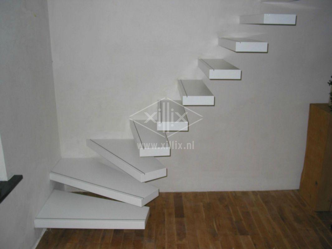 trap xillix met vrijdragende treden van wit mdf