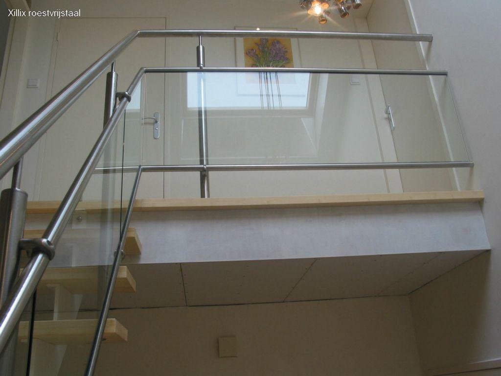 moderne balustrade met ingeklemd glas en blinde bevestiging op de muur