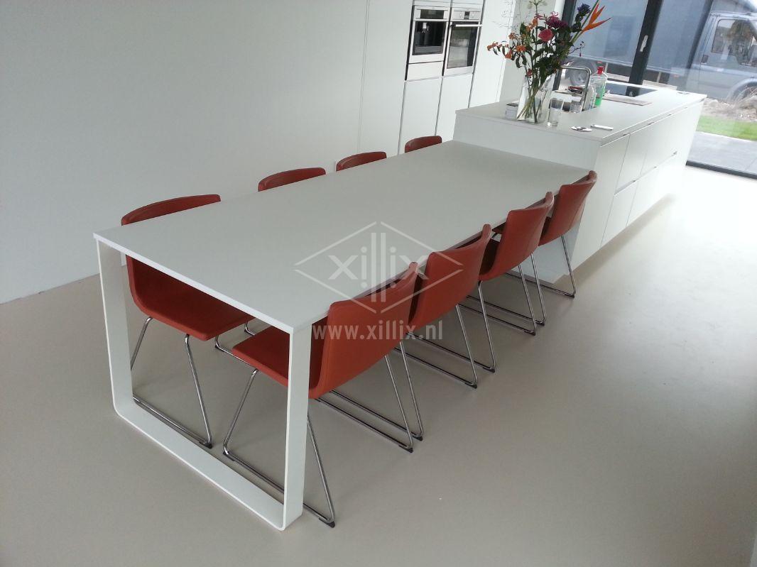 witte tafel aan kookeiland
