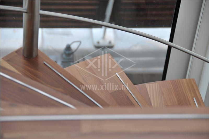 detail acacia trede xillix met anti-slip strip van rvs