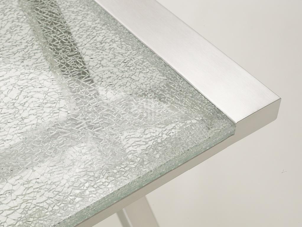 detail van rvs onderstel op xillix.nl met ingelegd blad van crushed glas
