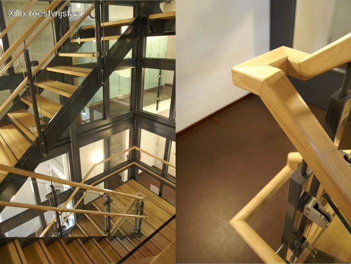 zwart gepoedercoat stalen bedrijfstrap gelakte eiken traptreden en rechthoekige leuning xillix.nl