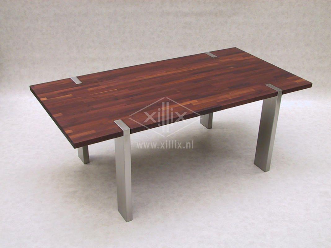 tafel xillix.nl met poten door het acacia blad heen