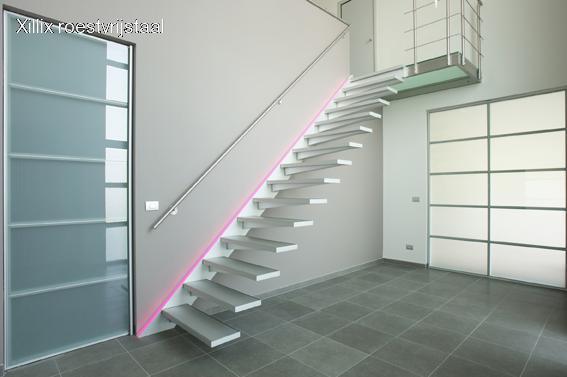 aluminium trap met zwevende aluminuium treden en rvs bordes