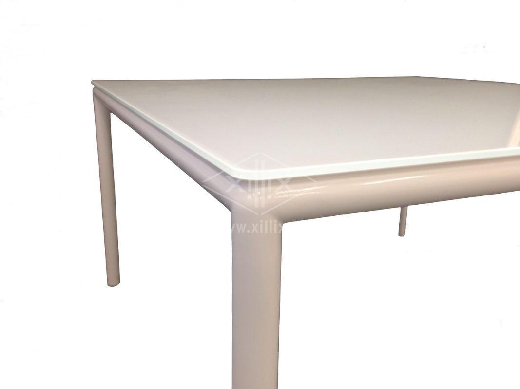vierkante witte tafel xillix.nl met ronde poten en wit glazen blad