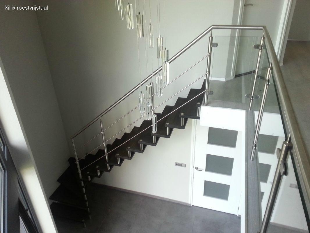 half vrijdragende exclusieve trap xillix met rvs en zwarte blind gemonteerde houten treden