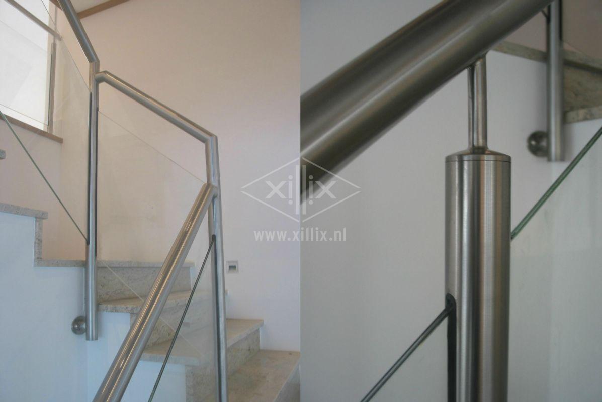 traphek van rvs met lasergesneden balusters voor het glas xillix.nl