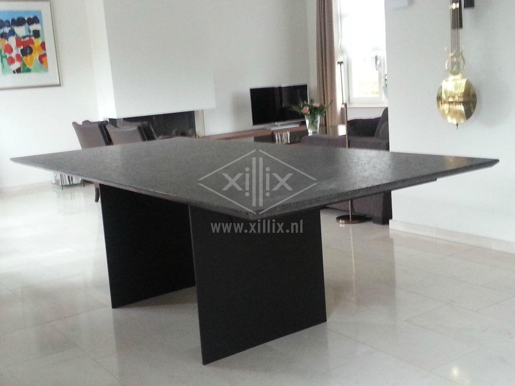 tafel van xillix.nl met granieten coffee brown blad en zwart stalen onderstel uit 2 schotten