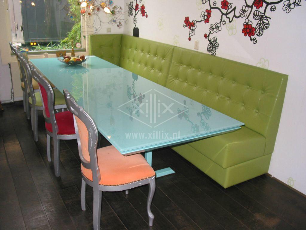 lange smalle eetkamertafel van xillix.nl  met glazen blad en stalen voet gelakt in RAL kleur 6027