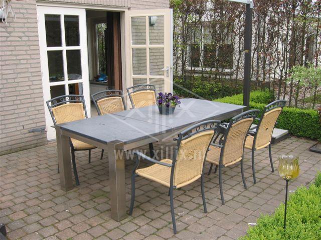 maatwerk tuintafel xillix.nl met blad van basalt en poten van rvs